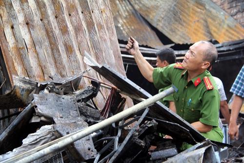 Công an Đồng Nai khám nghiệm hiện trường vụ cháy khiến 4 người tử vong. Ảnh: Phước Tuấn
