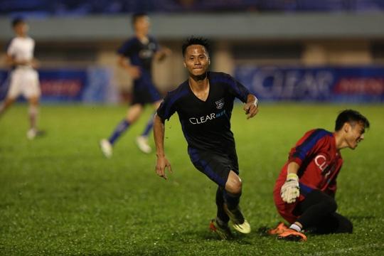 Pha ghi bàn vào lưới thủ môn Nguyên Mạnh đã giúp Phùng Xuân Nguyên được ký hợp đồng thử việc tại HAGL