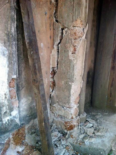 Cổng làng Mông Phụ trước và sau khi bị tai nạn. Ảnh: Tường Huy.