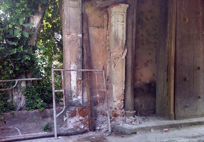 Cú đâm khá mạnh khiến cho cột trụ bị biến dạng kết cấu. Ảnh: Tường Huy.