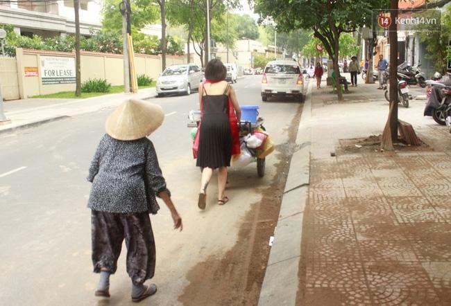 Gặp cô gái váy đen, khăn đỏ đẩy xe cho bà cụ bán rong ở Sài Gòn - Ảnh 2.