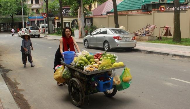 Gặp cô gái váy đen, khăn đỏ đẩy xe cho bà cụ bán rong ở Sài Gòn - Ảnh 3.
