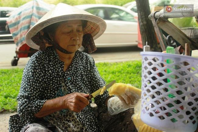 Gặp cô gái váy đen, khăn đỏ đẩy xe cho bà cụ bán rong ở Sài Gòn - Ảnh 4.