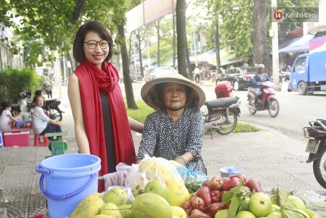 Gặp cô gái váy đen, khăn đỏ đẩy xe cho bà cụ bán rong ở Sài Gòn - Ảnh 5.