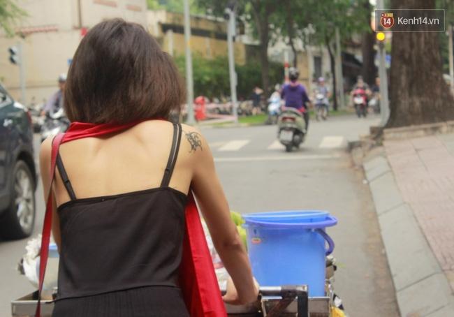 Gặp cô gái váy đen, khăn đỏ đẩy xe cho bà cụ bán rong ở Sài Gòn - Ảnh 6.