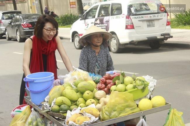 Gặp cô gái váy đen, khăn đỏ đẩy xe cho bà cụ bán rong ở Sài Gòn - Ảnh 8.