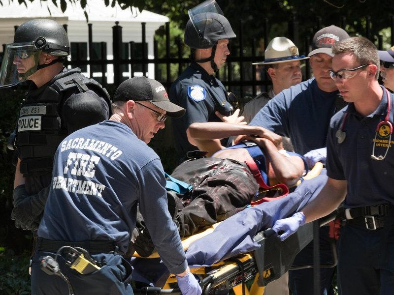Người bị thương được đưa đến bệnh viện. Ảnh: AP