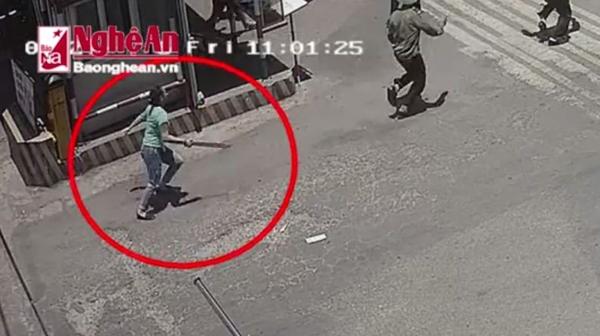 Hình ảnh nữ côn đồ cầm mã tấu truy sát tại Bến xe Vinh do camera ghi lại
