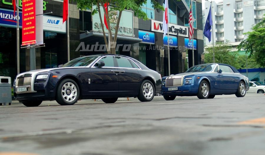 Vào hôm qua, ngày 26/6 cánh săn ảnh bắt gặp có 3 chiếc xe siêu sang của Rolls-Royce và một chiếc siêu xe Lamborghini Aventador LP700-4 tụ tập tại đây. Ấn tượng nhất là bộ đôi Rolls-Royce Ghost và Phantom Drophead Coupe đỗ cùng nhau.