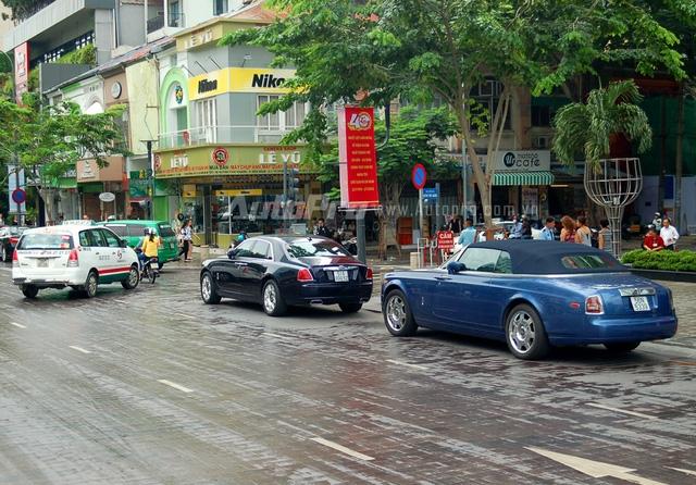 Chiếc Rolls-Royce Ghost có ngoại thất màu tím cùng điểm nhấn là nắp capô và la-zăng màu bạc, trong khi chiếc xe siêu sang sang Phantom mui trần lại có ngoại thất cùng mui vải tông xuyệt tông màu xanh dương.
