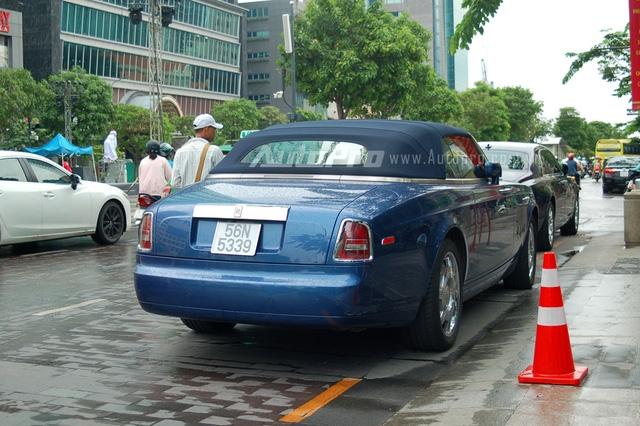 Tại thị trường Việt Nam có khoảng 8 chiếc Rolls-Royce Phantom Drophead Coupe được đưa về nước. Đa số xe đều mang gam màu trắng muốt và chỉ có 2 chiếc mang ngoại thất đen và xanh dương. Theo cánh săn ảnh, chiếc Phantom mui trần xuất hiện vào sáng qua rất chăm chỉ dạo phố, khác xa so với 6 chiếc còn lại rất hiếm khi xuất hiện.