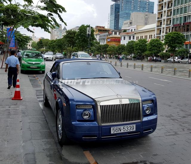 Rolls-Royce Phantom Drophead Coupe được xem như chiếc xe 2 cửa mui trần của chiếc Phantom danh tiếng. Ngoài việc sở hữu thêm một mui vải xếp, toàn bộ nội thất quý tộc trên chiếc sedan đều được giữ lại.