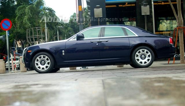 Rolls-Royce Ghost mẫu xe đàn em của Phantom được các đại gia Việt đặc biệt ưu chuộng bởi có thiết kế gọn gàng, không bề thế như đàn anh nhưng vẫn được trang bị một nội thất đẳng cấp xa hoa đúng chất hãng xe quý tộc Anh Quốc.