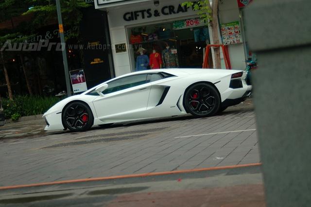 Ngoài bộ 3 Rolls-Royce, phố siêu xe Dubai tại Sài thành còn xuất hiện một chiếc Lamborghini Aventador LP700-4 màu trắng muốt.