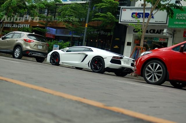 Lamborghini Aventador LP700-4 chính hãng đầu tiên xuất hiện tại Việt Nam vào cuối tháng 12/2014, trước đó các đại gia Sài Gòn đã kịp mang về nước hai chiếc Aventador với ngoại thất vàng và cam. Sau gần 18 tháng lận đận trong showroom chính hãng, siêu bò này cũng tìm thấy chủ nhân vào cuối tháng 4 vừa qua. Được biết người sở hữu chiếc Aventador chính hãng đầu tiên tại Việt Nam cũng đồng thời là chủ nhân của chiếc Huracan màu xám ghi.