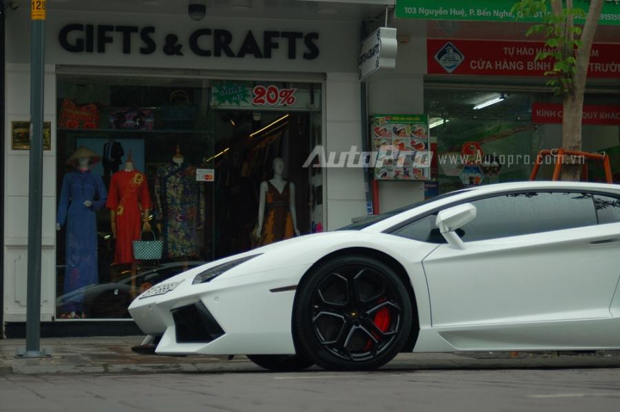 Siêu xe này mang ngoại thất trắng muốt với điểm nhấn là bộ la-zăng 5 chấu kép trong màu đen bóng hay kẹp phanh màu đỏ của Lamborghini.