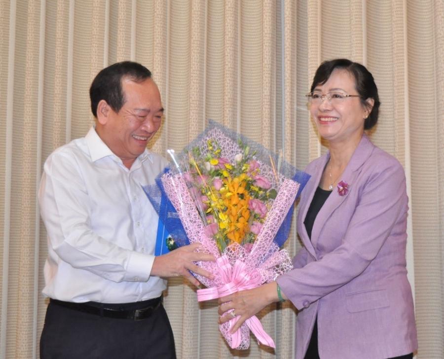 Chủ tịch HĐND TP Nguyễn Thị Quyết Tâm tặng hoa chúc mừng ông Huỳnh Công Hùng
