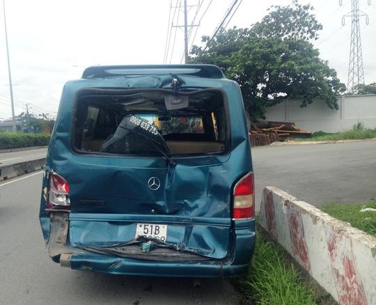 Chiếc ô tô 16 chỗ biến dạng sau vụ va chạm liên hoàn