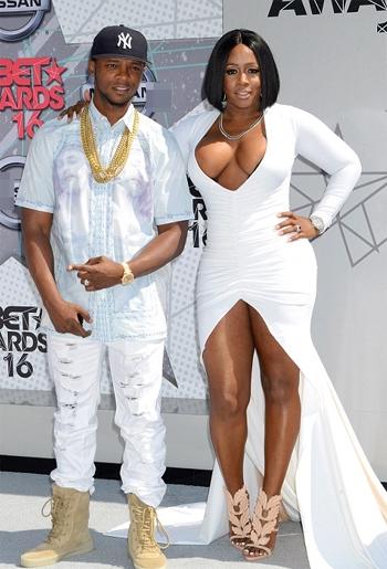 Chiếc váy trắng táo bạo đã biến nữ ca sỹ 36 tuổi thành tâm điểm thu hút sự chú ý của phóng viên ảnh