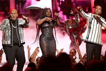 Sau đó, Remy thay 1 bộ váy xuyên thấu và góp mặt trong 1 tiết mục sôi động tại lễ trao giải này