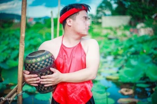 Sửng sốt chàng trai mặc yếm LỘ lưng trần bên hoa sen - Ảnh 2