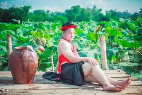 Sửng sốt chàng trai mặc yếm LỘ lưng trần bên hoa sen - Ảnh 7