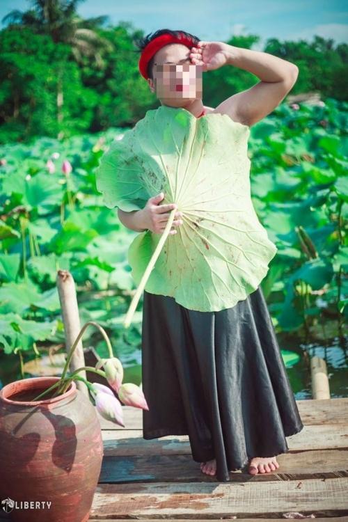 Sửng sốt chàng trai mặc yếm LỘ lưng trần bên hoa sen - Ảnh 8