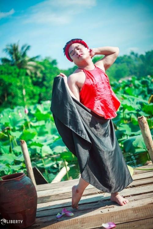 Sửng sốt chàng trai mặc yếm LỘ lưng trần bên hoa sen - Ảnh 10