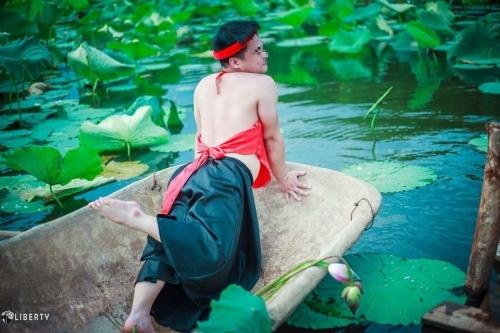 Sửng sốt chàng trai mặc yếm LỘ lưng trần bên hoa sen - Ảnh 11