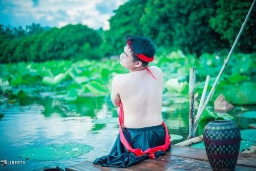 Sửng sốt chàng trai mặc yếm LỘ lưng trần bên hoa sen - Ảnh 12