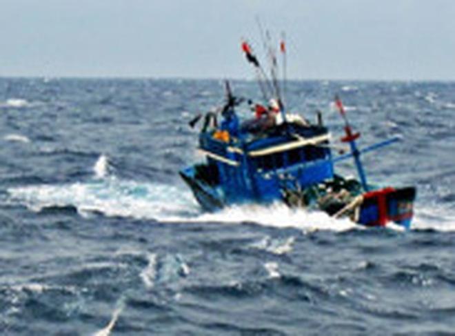 Tàu cá gồm 7 thuyền viên gặp nạn, thả trôi trên biển chờ cứu hộ