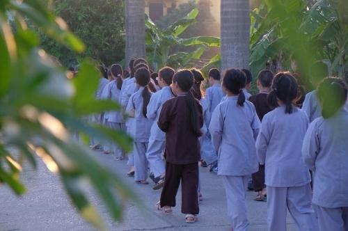 Theo chân các cô ấm cậu chiêu Hà Nội lên chùa tham dự khóa tu mùa hè - Ảnh 3