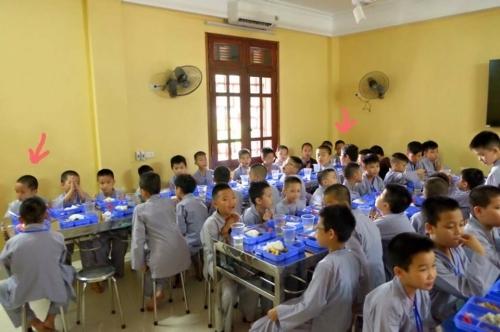 Theo chân các cô ấm cậu chiêu Hà Nội lên chùa tham dự khóa tu mùa hè - Ảnh 4