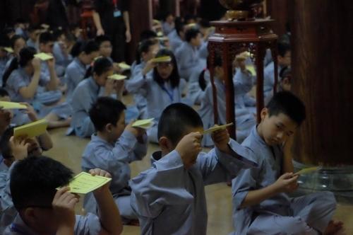 Theo chân các cô ấm cậu chiêu Hà Nội lên chùa tham dự khóa tu mùa hè - Ảnh 7