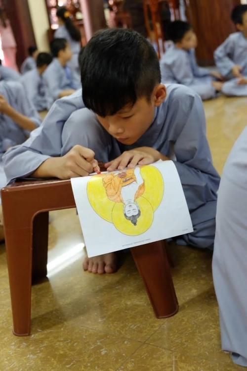 Theo chân các cô ấm cậu chiêu Hà Nội lên chùa tham dự khóa tu mùa hè - Ảnh 8