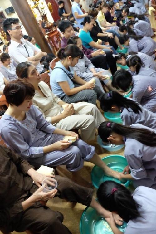 Theo chân các cô ấm cậu chiêu Hà Nội lên chùa tham dự khóa tu mùa hè - Ảnh 15