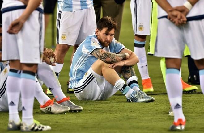 Tong thong 'van xin' Messi dung giai nghe hinh anh 1
