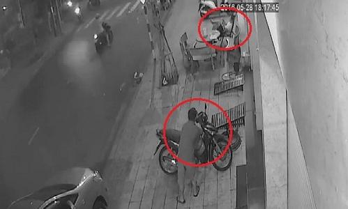 Video: Trộm liều bẻ khóa 'cuỗm' xe ngay trước mặt người dân - Ảnh 1