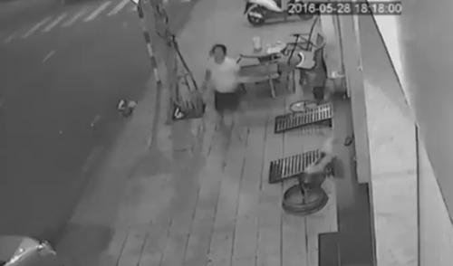Video: Trộm liều bẻ khóa 'cuỗm' xe ngay trước mặt người dân - Ảnh 2