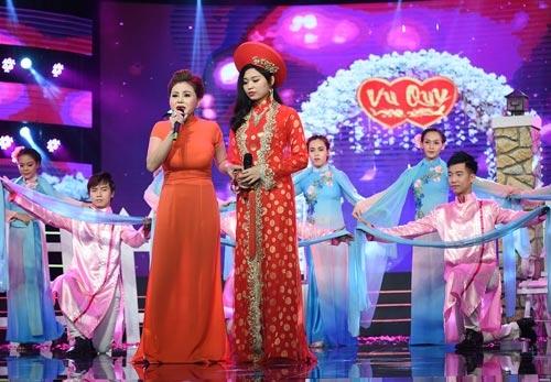 Lê Giang (trái) vào vai bà mẹ dạy dỗ con gái qua một  bản tân nhạc.