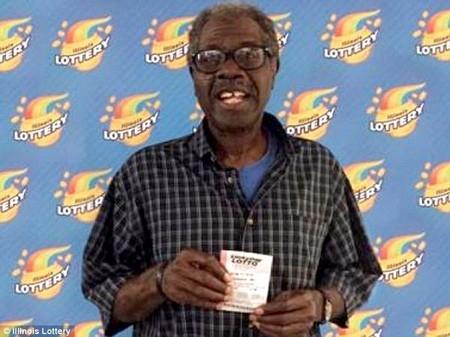 Cụ ông Larry Gambles đã may mắn trúng số 2 lần với cùng một dãy số