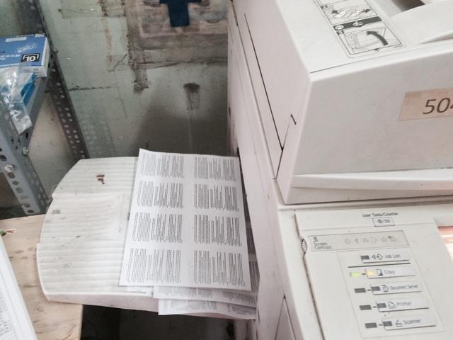 Theo giải thích của chủ quầy, mỗi khổ giấy A4 như này được thu nhỏ in thành nhiều phao