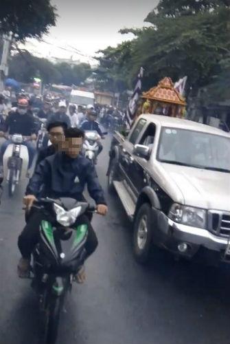 Hàng chục thanh niên đầu trần, nẹt pô gây náo loạn đám tang trên phố - Ảnh 2