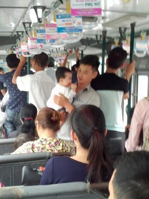 Hành động bất ngờ của chàng phụ xe buýt ghi điểm cư dân mạng - Ảnh 1