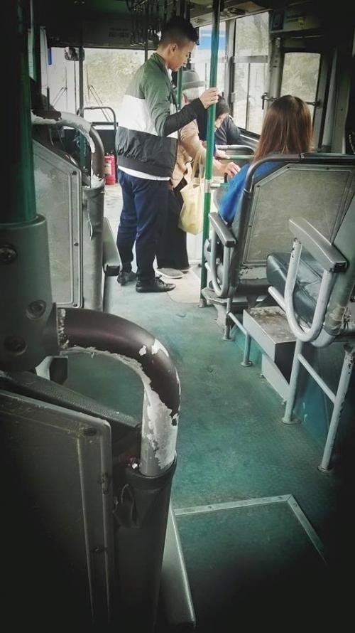 Hành động bất ngờ của chàng phụ xe buýt ghi điểm cư dân mạng - Ảnh 2