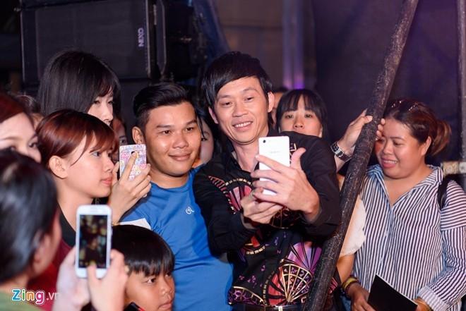 Hoai Linh: 'Toi goc lua nen lam gi cung binh dan' hinh anh 3