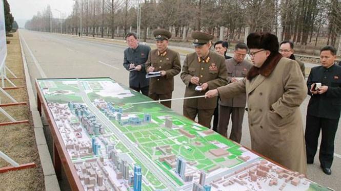 Lãnh đạo Triều Tiên Kim Jong-un đang ban chỉ đạo về tiến độ xây Đại lộ Rạng Đông /// KCNA ngày 18.3.2016