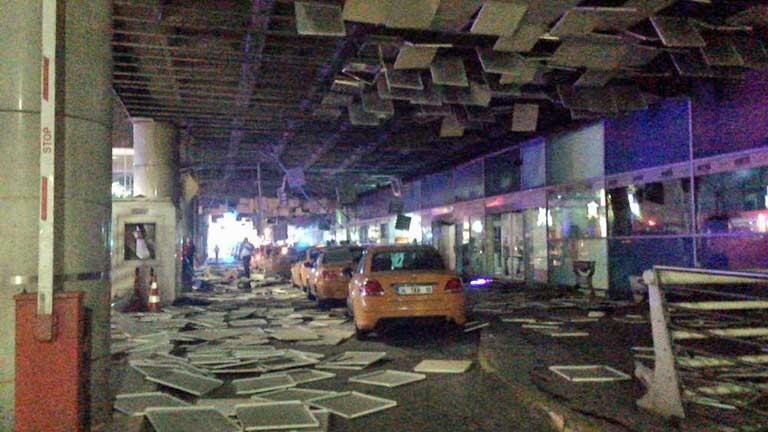 Khu vực chờ taxi là nơi những kẻ tấn công đã xâm nhập và thực hiện vụ khủng bố. (Ảnh: AFP)