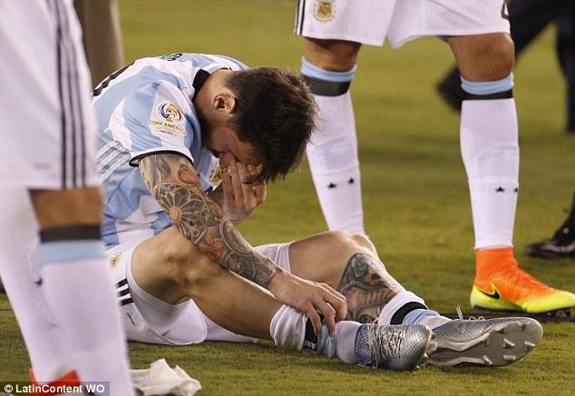 Có một Messi yếu mềm hơn Ronaldo - Ảnh 1.