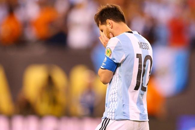 Có một Messi yếu mềm hơn Ronaldo - Ảnh 2.